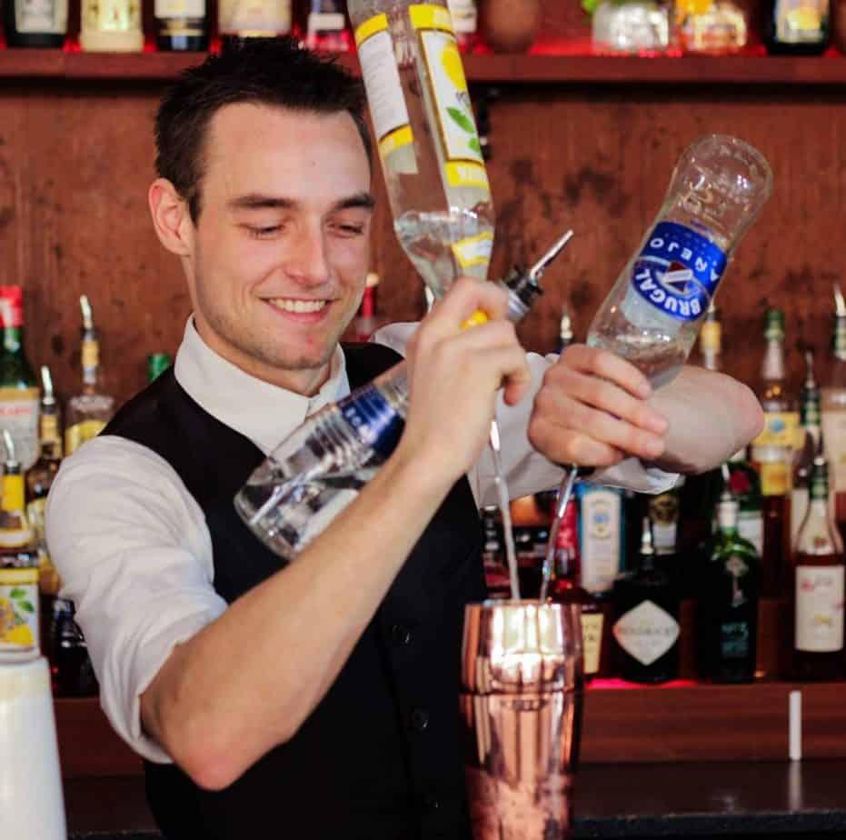 UNDERHOLDNING TIL FEST - Bartender til fest - Cocktail Bartender - Lej Cocktail Bar - Mobil Bar - Lej Bartender