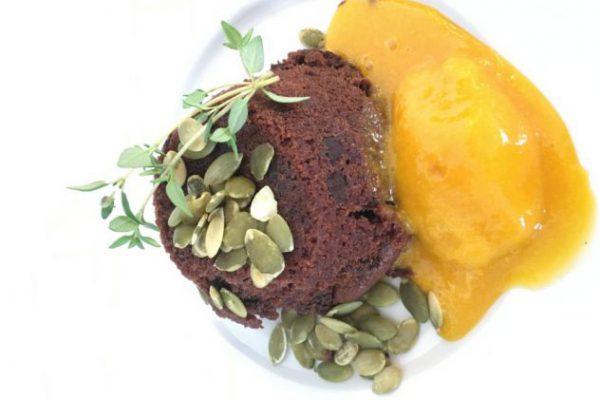 Brownie bagt med pistaje hertil sorbet af mango og rom.