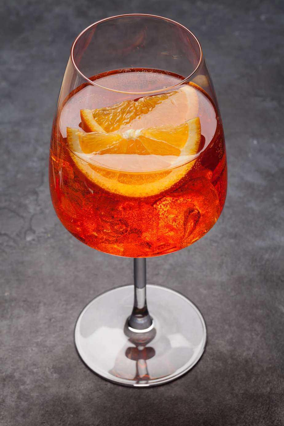 aperol-spritz-cocktail-KMZFGXN-min
