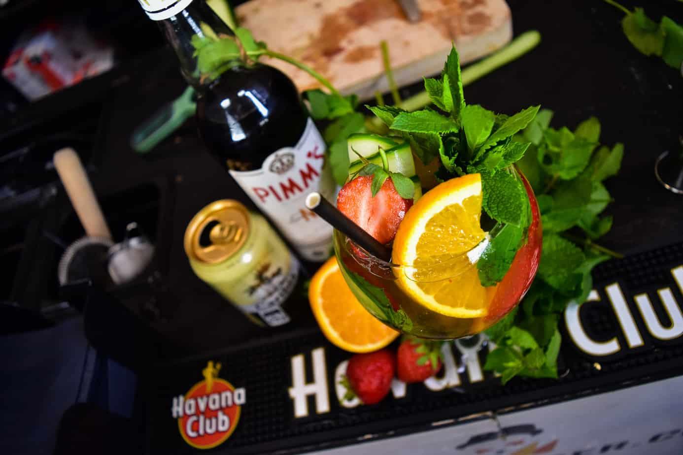 Den bedste velkomstdrink opskrift - bedste velkomst cocktail opskrift - Velkomstdrink til fest - Pimms Cup opskrift