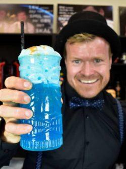 Isbjørn opskrift med guld og skum - cocktail opskrifter - Moderne isbjørn - cocktail med vodka - blå cocktail opskrift - blå drink opskrift