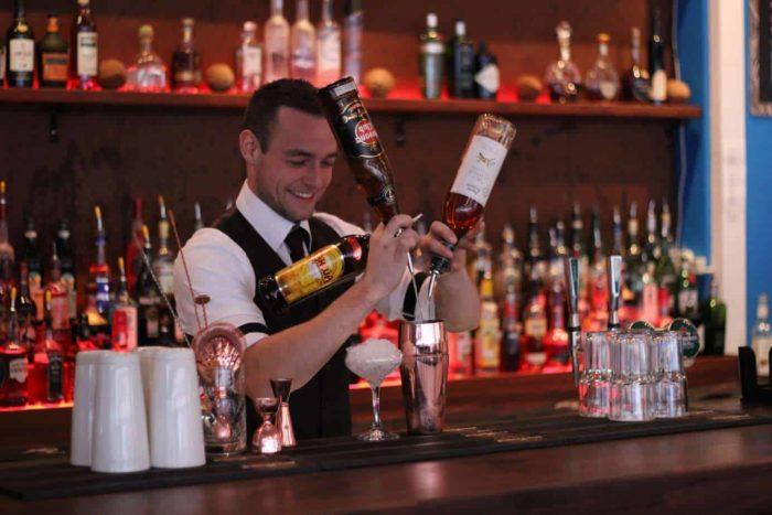 Vores Bartender Mathias Daa - Flair Bartender til fest - Cocktails til fest - Lej en Bartender - Bartender Udlejning